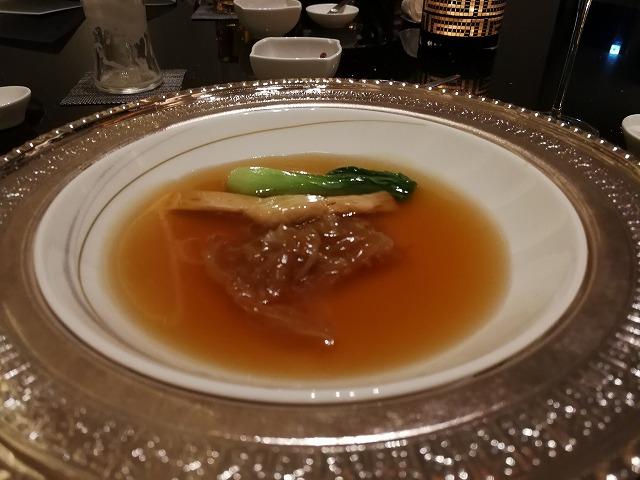 <p>b)スープ ふかひれの煮込みブラウンソース</p>