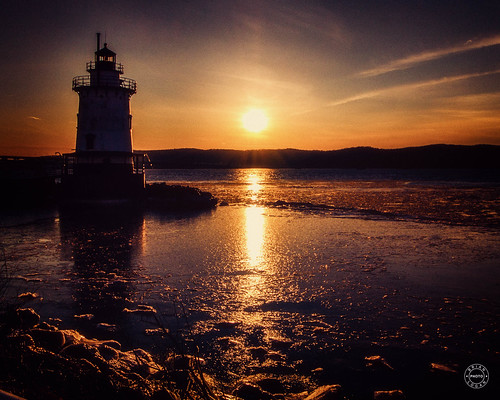 sunet lighthouse blue historical winter landmark newyork waterskysunset tarrytown hudsonriver westchestercounty sparkpluglighthouse ice sleepyhollow unitedstates us