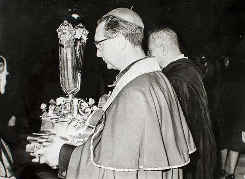 22 de diciembre de 1962 [2] - El Excmo. Sr. Obispo Coadjutor porta reverente la insigne reliquia.