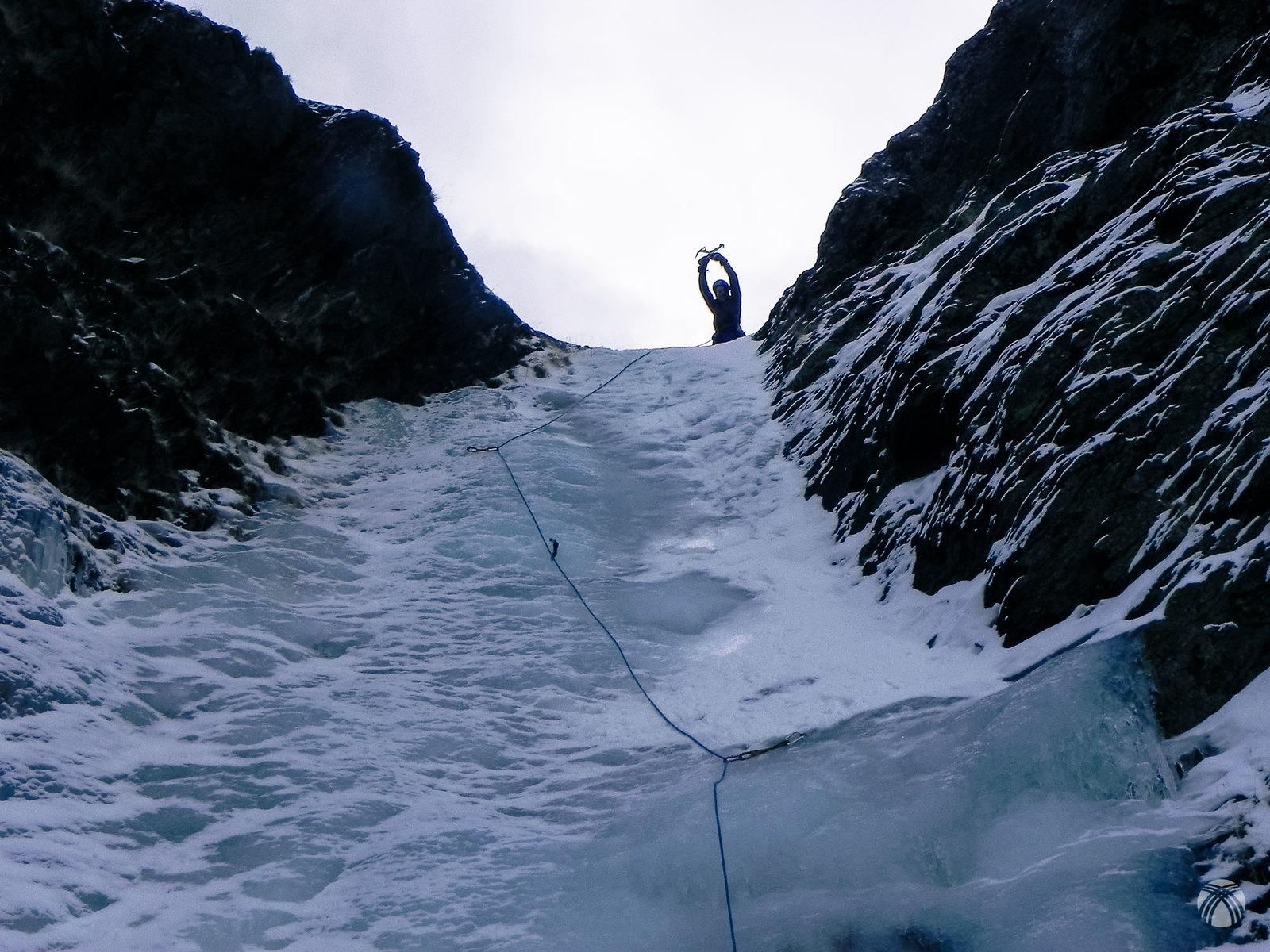 Cascada de hielo de 20 metros