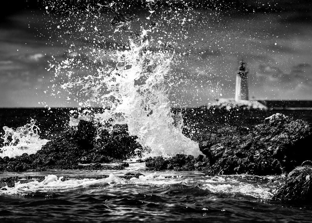 Crashing Waves | Crashing waves against rocks with a lightho
