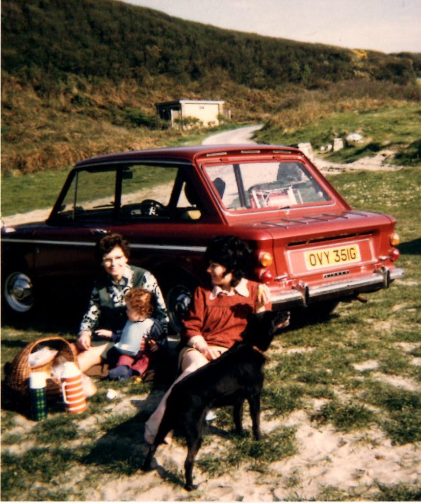 Deux femmes, un bébé et un chien pendant un pique-nique, une pause, en 1968