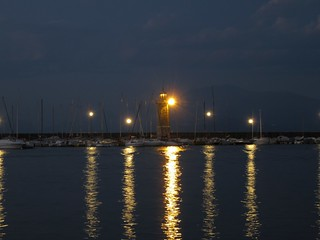 Leuchtturm und Bootshafen von Desenzano del Garda bei Nacht | by Grüner Nomade