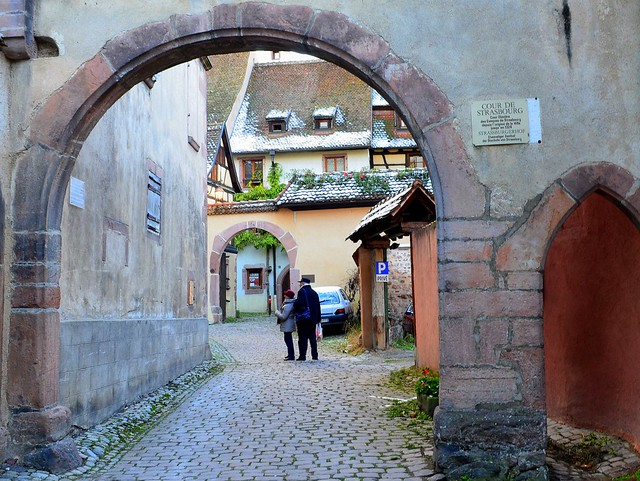 RIquewihr - exploring the courtyard