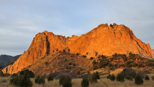 nationalnaturallandmark city park citypark colorado coloradosprings gardenofthegods redrocks rock formations mountain mountains frontrange rampartrange urban sunrise alpenglow winter clouds