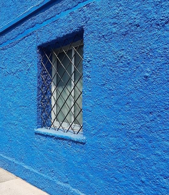 un bleu un peu trop bleu