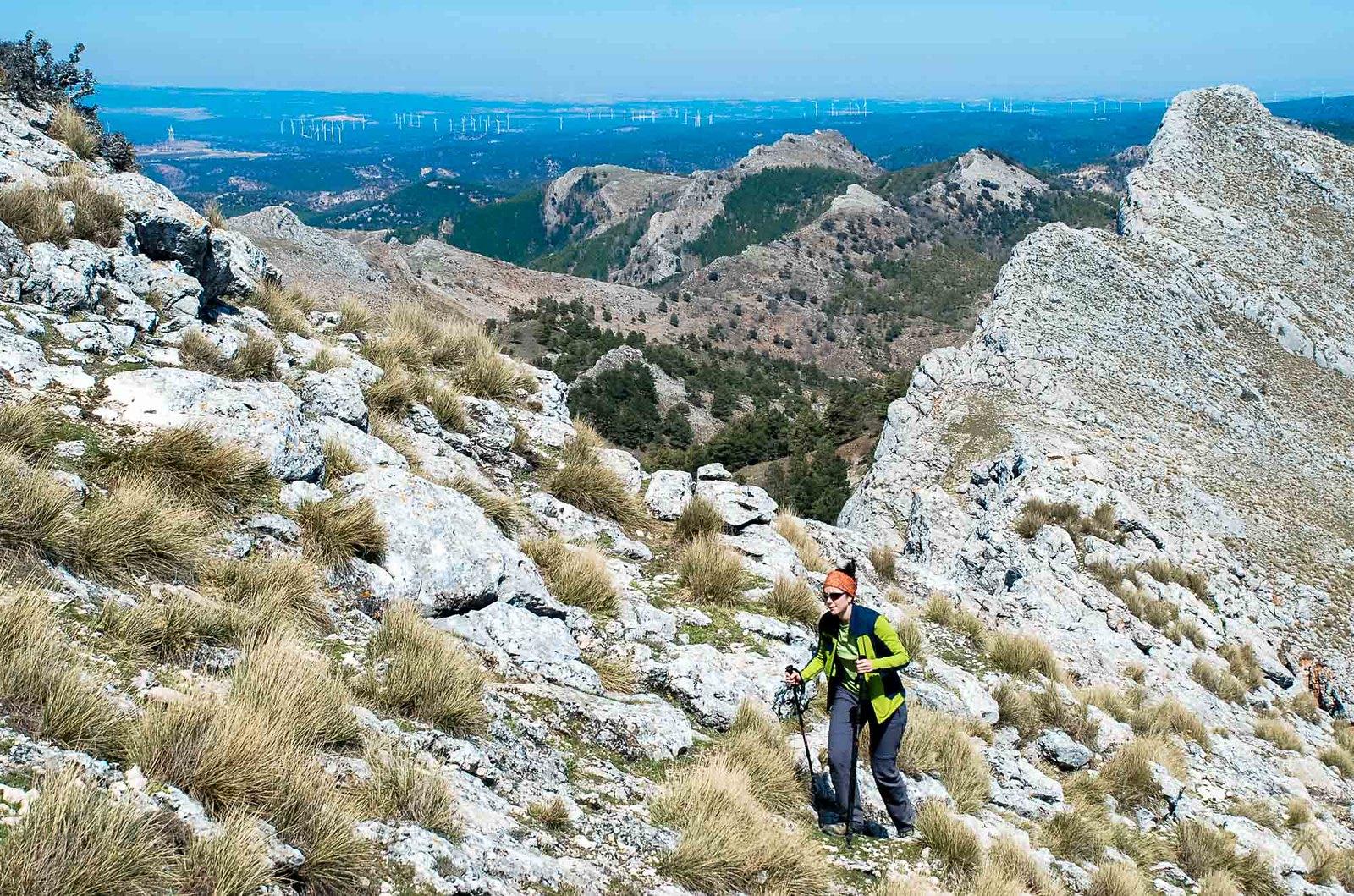 En la cresta hacia la cumbre de las Almenaras con los molinos al horizonte