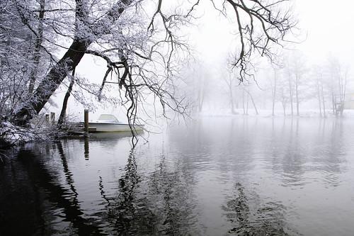 fog foggy mist dimma boat båt reflections reflektioner trees träd lake sjö winter snow snö vinter winterlandscape vinterlandskap