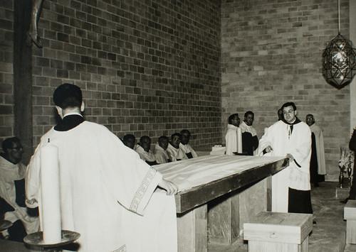25 de marzo de 1965 - Día de la inauguración [21] - Por primera vez se extienden los manteles y se abre el libro de los Evangelios.