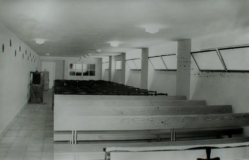 El semisótano está terminado [2] - Bancos, sillas y un altar provisional. Todo dispuesto para la bendición y el traslado del Santísimo Sacramento.