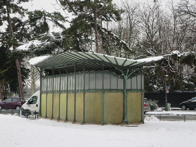 Toujours de la neige à Paris... Station de métro Porte Dauphine, avenue Foch, Paris XVIe