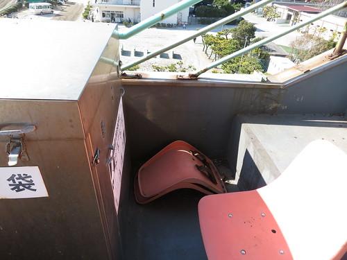 船橋競馬場のスタンド4階には椅子が転がっている