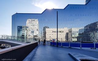 Rabobank vanaf voetgangerstraverse tussen Stationsplein en Jaarbeursplein | by ednl