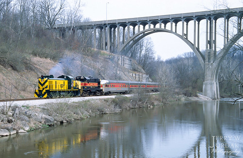 arch bridge river cloudy passengertrain cnw concrete rsd5 1689 train brecksville ohio unitedstates us