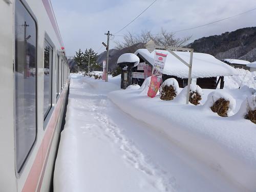 南側の区間では積雪が多いが、運休や遅延はほとんどなく、列車は通年ほぼダイヤ通りに走っているので、冬の旅行もおすすめ。