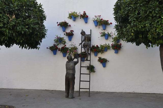 escultura de niño regando los geranios-cordoba
