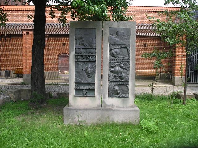 1978/81 Berlin-O. Heinrich Schliemann Relieftafel von Christa Sammler Schulhof Dunckerstraße 64 in 10439 Prenzlauer Berg