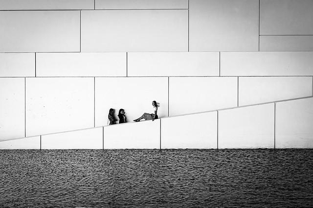 louvre abu dhabi white wall girls