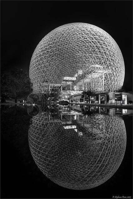 Biosphere en N&B - réflexion de nuit - night reflection