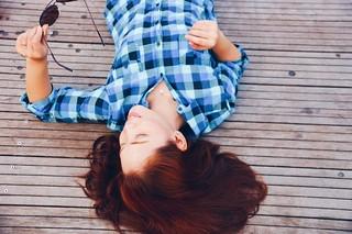 Idée Coiffure : roux auburn, bijoux pour femme en or et perles blanches, modèle de chemise fém... - #Coiffure - https://madame.tn/beaute/coiffure/idee-coiffure-roux-auburn-bijoux-pour-femme-en-or-et-perles-blanches-modele-de-chemise-fem/ | by madame_shopping