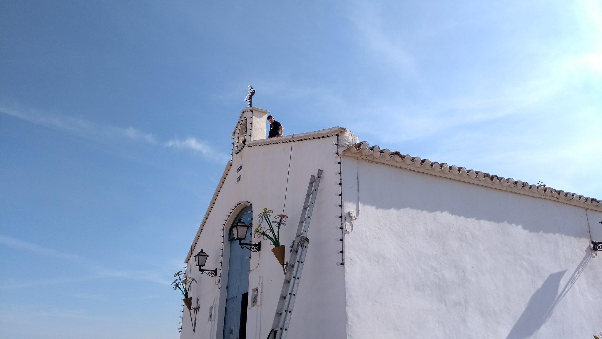(2017-06-10) Colocación pancarta ermita y engrasado de campana (José Vicente Romero) (1)