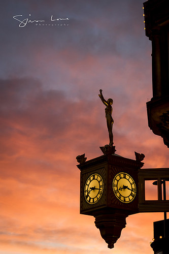 sun sunrise dawn golden magic hour gold goldsmithsclock rolex campanile street urbannewcastletynetynesidearchitecture sculpture woman female nymph reach carpe diem seize day daylight motto sky clouds amber yellow pink pinks red orange purple cyan magenta moment canon 24105mm simonlowe photography northeast
