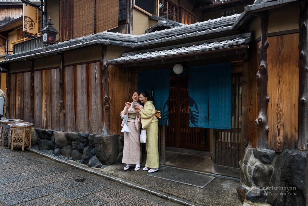 Exterior view of Starbucks Coffee Kyoto Ninenzaka Yasaka Chaya (ス タ ー バ ッ ク ス コ ー ヒ ー 京都 二 寧 坂 ヤ サ カ 茶屋 store)