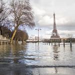 Le Pont de Bir Hakeim et la Tour Eiffel pendant la crue de 2018