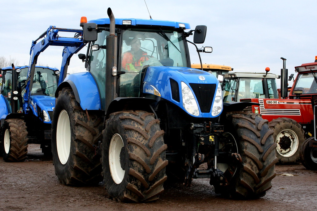 NEW HOLLAND T7030 | CAMBRIDGE MACHINERY DRIVE THRU AUCTION