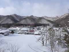 車窓から見える冬の糸沢集落