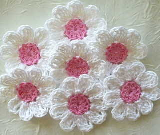 very beautiful this model of flowers in simple and delicate crochet look at the step by step very cool I loved, Happiness 💞 🌸 🌸