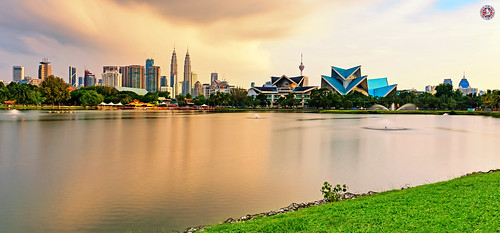 kualalumpur malaysia storm sunset skyline capital city petronastwintowers petronas twintowers kualalumpurskyline klangriver water sky clouds grass waterfountain