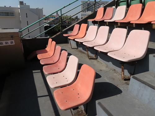 船橋競馬場のスタンド4階のすすけた椅子