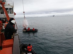 Bio Hespérides durante la XXIII Campaña Antártica. Carga de materiales.