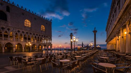 venice venedig venezia italy italien bluehour blauestunde sunrise sonnenaufgang markusplatz sanmarco stmark´ssquare orange light streetlight strasenlampe