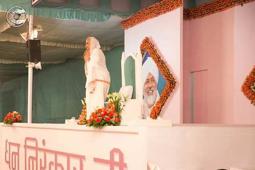 Arrival of Her Holiness Satguru Mataji on the dais