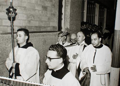 25 de marzo de 1965 - Día de la inauguración [3] - Las paredes se asperjan con ramas de tomillo en la ceremonia sagrada.