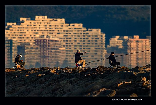 Pescadors cara al sol (Fishermen facing the sun) Cullera, la Ribera Baixa, València, Spain