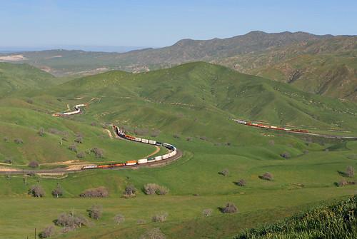 bnsf intermodal intermodaltrain stacktrain squiggly green hills tehachapimountains crex 1323 bealville allard tehachapipassroute california spring springtime train railroad locomotive ge es44ac ca