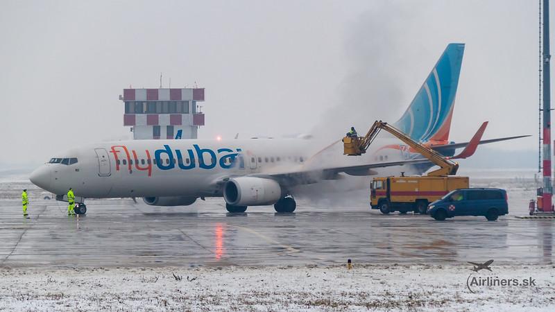 Boeing 737-800 FlyDubai De-icing