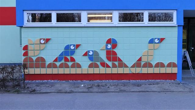 1978 Berlin-O. Vogeltiere Wandbildrelief von Gertraude Pohl Betonformsteine/PAC-Farben am Haus Akaziengrund Allee der Kosmonauten 77-79 in 12681 Marzahn