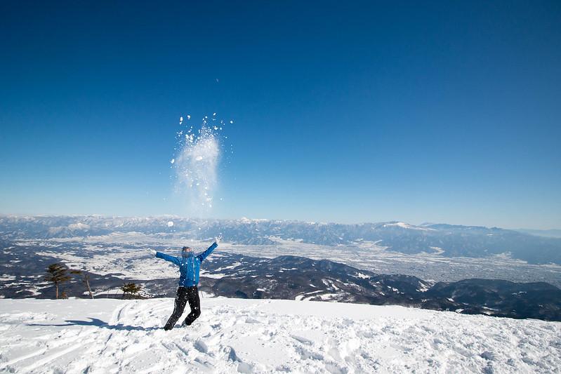 冬の飯縄山の山頂で雪遊び