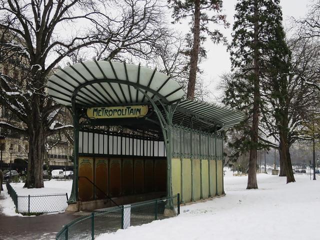9/28, Toujours de la neige à Paris... Station de métro Porte Dauphine, avenue Foch, Paris XVIe