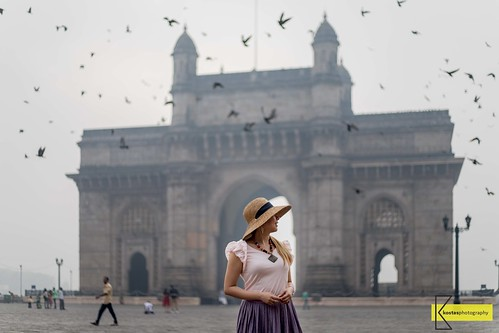 50mm composition framing asia photoshoot birds walking canon6dmarkii wanderlust depthoffield instagram gatewayofindia portrait beautiful travel gate woman mumbai morninglight model india selectionfromindiatrip bollywood traditional