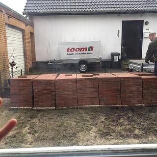 Wir legen einen Steingarten an. Werbung im Hintergrund rein zufällig. #flachwitz #toom #toombaumarkt #respektwersselbermacht   by schwaka