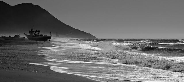 Pesca entre olas