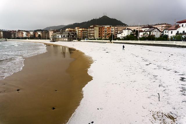 Granizo en la playa de Castro Urdiales.