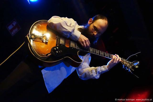 Karsten Hochapfel: guitar, cello