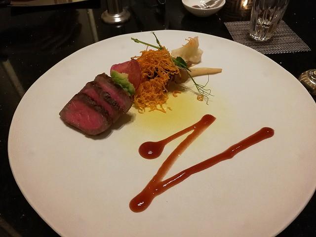 <p>f)肉料理 黒毛和牛</p>
