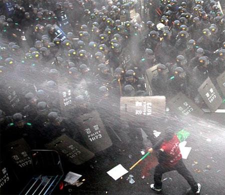 圖02.罷工卡車司機與警察發衝突